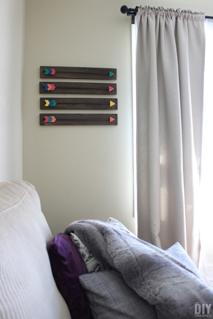Make your own Arrow Wall Decor! Fabulous DIY Wood Arrows Wall Art tutorial! Includes FREE Arrow Template! thediydreamer.com