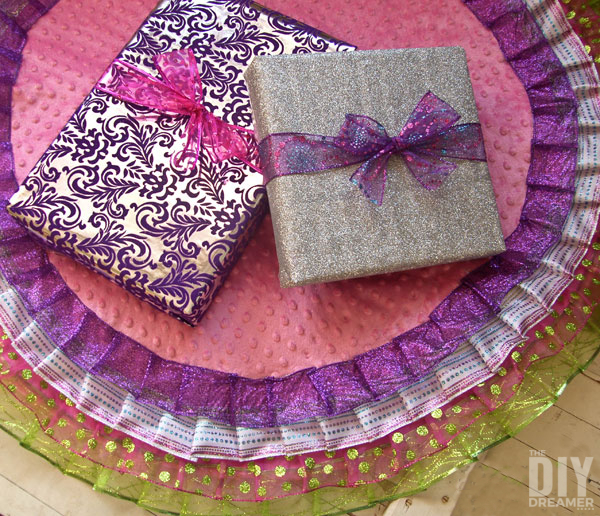 NO SEW Ribbon Christmas Tree Skirt. Did you know that you can make your very own custom tree skirt without any sewing? Yes you can! Check out how you can do it! - thediydreamer.com