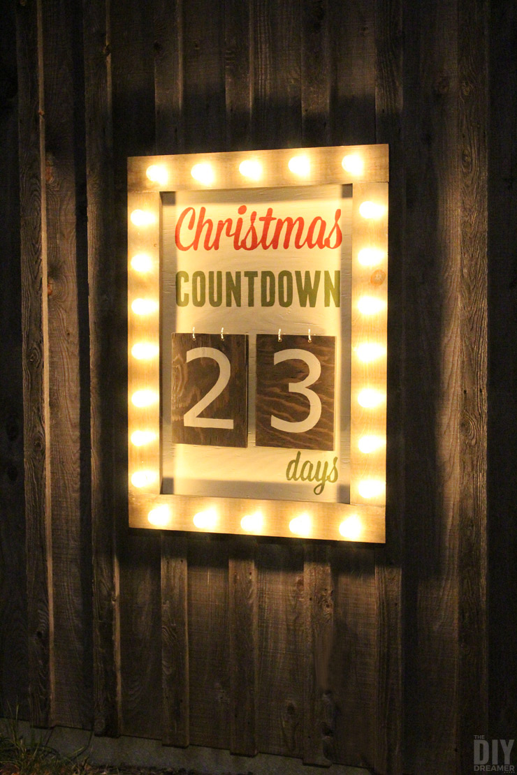 Outdoor Christmas Countdown Marquee Sign. Such a GREAT Christmas DIY project. Follow this step by step tutorial to make your very own. Click through for the instructions: thediydreamer.com