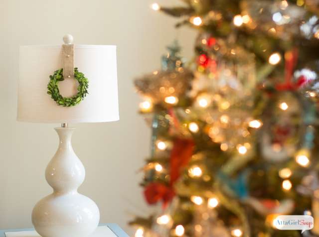 Cute way to decorate a lamp for the holidays. Lampshade Wreath.