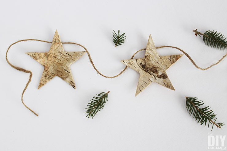 Quick and Easy Christmas Decorations to make for your home this Holiday season! Learn how to make a gorgeous garland!