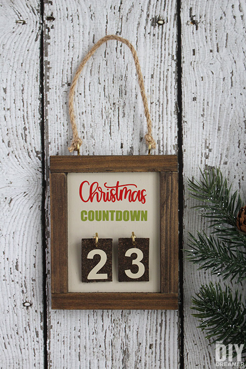 DIY Christmas Countdown Ornament. This ornament is so fun to make that you'll want to make a bunch to give to your family members. Such a unique way to count days till Christmas. #christmascountdown #ornament #handmadeholidays