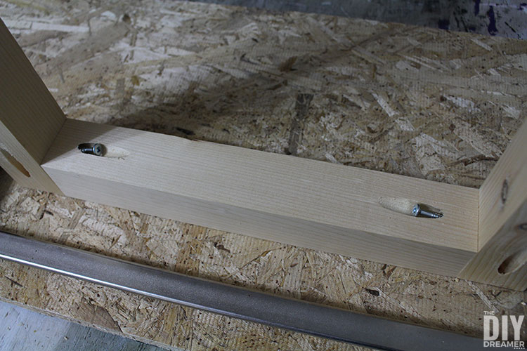 Fastening legs with pockets and screws